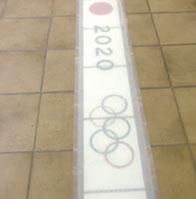 目標である2020年東京五輪での採用を願ったサンプルは、透明ゴムの下から光と文字が浮き上がる。