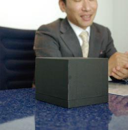 金沢の専門業者に依穎した、高級感のあるポックスを外箱に採用。商品の価値を高める説得力をバッケジからも演出している。